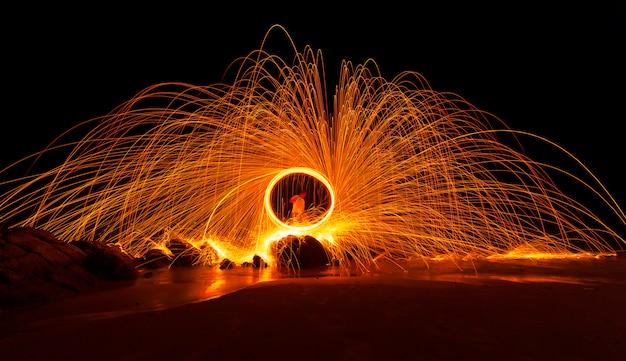 물에 반사와 돌 위에 화재 소용돌이 철강 양모 빛 사진