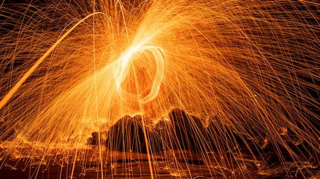물 긴 노출 속도 모션 스타일에서 반사 스윙 화재 소용돌이 철강 양모 빛 사진