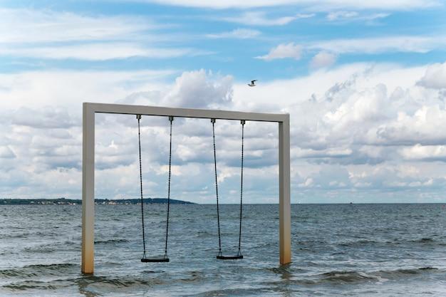 Качаться на красивом берегу моря и пляжа, швеция, хельсингборг