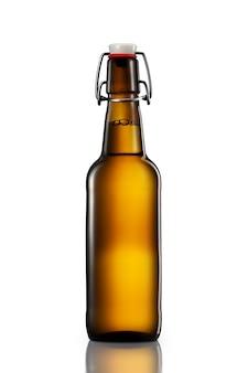 흰색 배경에 격리된 클리핑 경로가 있는 가벼운 맥주 한 병을 스윙