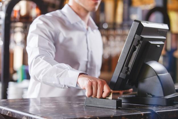 Рука swiping кредитная карта в магазине.