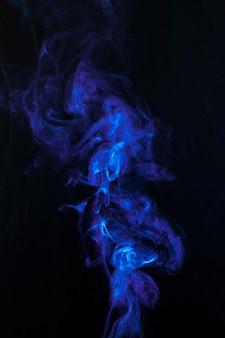Vorticoso fumo blu scuro su sfondo nero