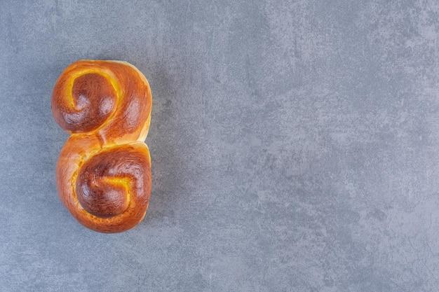 大理石の背景に渦巻く甘いパン。高品質の写真