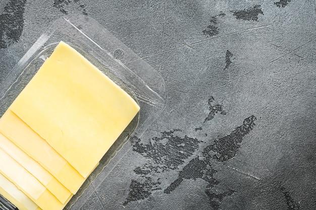 스위스 치즈 조각 세트, 플라스틱 팩, 회색 돌