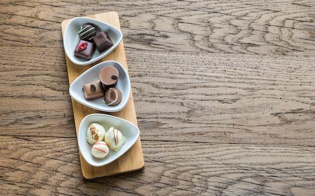 흰 그릇에 스위스 초콜릿 사탕