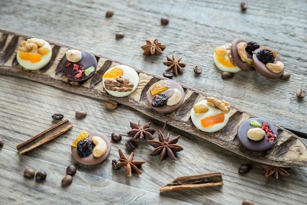 견과류와 말린 과일을 곁들인 스위스 초콜릿 사탕