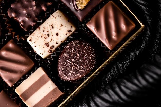 ギフトボックスに入ったスイスチョコレートダークチョコレートとミルクオーガニックチョコレートで作られたさまざまな高級プラリネ...