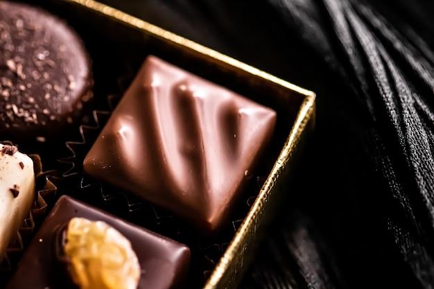 Швейцарский шоколад в подарочной коробке различные роскошные пралине из темного и молочного органического шоколада в шоколаде в швейцарии сладкие десерты в качестве подарка к празднику и кондитерские изделия премиум-класса