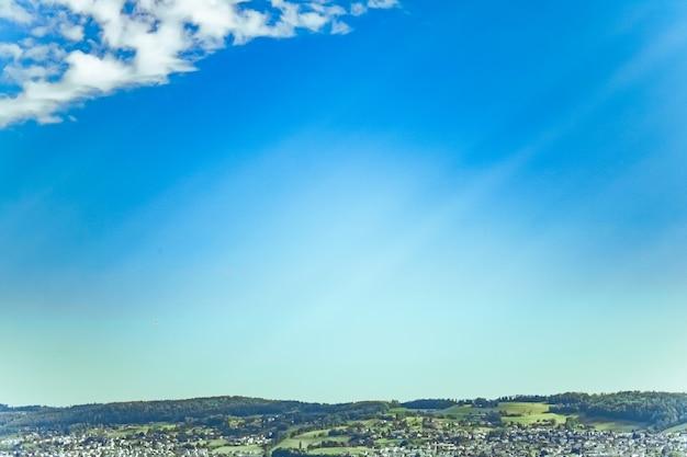 スイスの牧歌的な自然の背景と風光明媚なアートプリントとして理想的な完璧な旅行先のシュヴィーツのヴォルララウ州のスイスの山々の風景