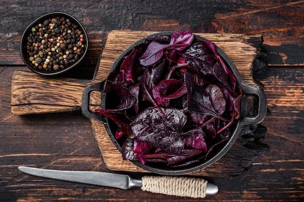 Швейцарский красный мангольд или салат мангольд листья на сковороде