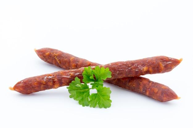 Пеперони или салями по-швейцарски, колбаса из петрушки. изолированный на белой поверхности.
