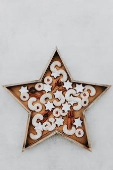 Швейцарское традиционное рождественское печенье в форме деревянной звезды на белом фоне