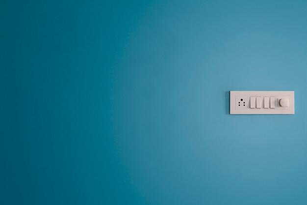 青い壁の配電盤