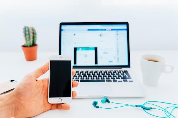 전화 및 현대 책상 끄기