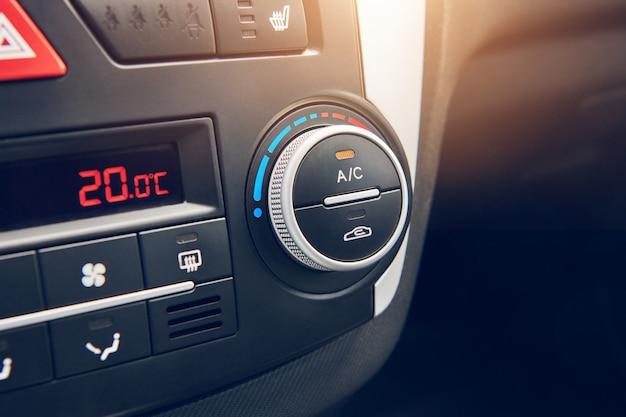 車内のエアコンのスイッチャー。車の空調システムをオンにするボタン。セレクティブフォーカスでビューをクローズアップ。