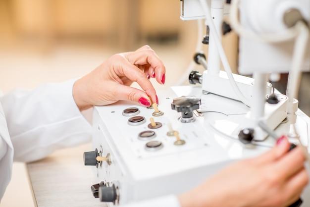 眼科医のオフィスでの視力検査のための指のハードウェアによる切り替え