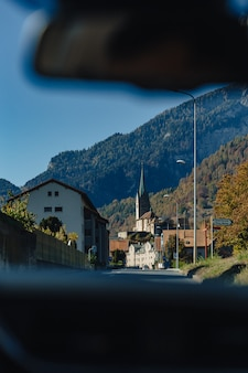 スイス、アルプスの山々を背景に山の村