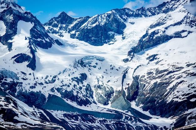 青い空とスイスの雪山。