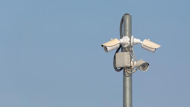 Поверните камеру видеонаблюдения высокого качества на фоне неба.