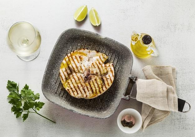 メカジキステーキのグリル鍋にオリーブオイルとスパイスを添えて