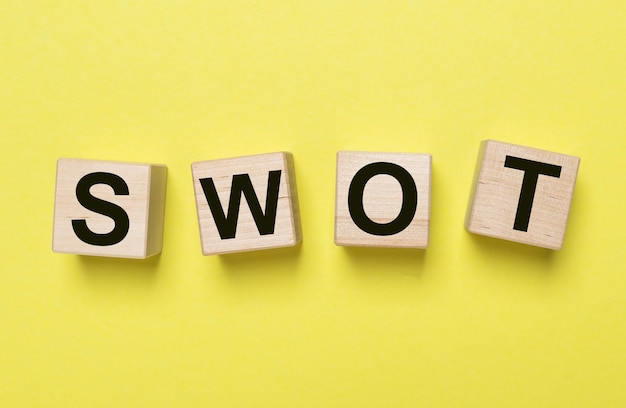 Swot-анализ в маркетинговой концепции. надпись на кубиках.