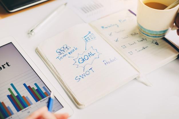 Бизнесмен работает над проектом для swot-анализа финансовой компании