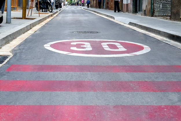 Symbol do not drive more than thirty kilometers per hour on road