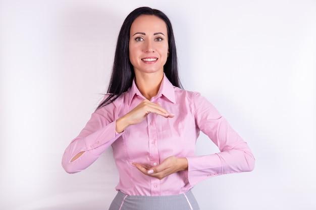 女性の手のひらの反対側の手でのシンボルジェスチャーは保護を意味します