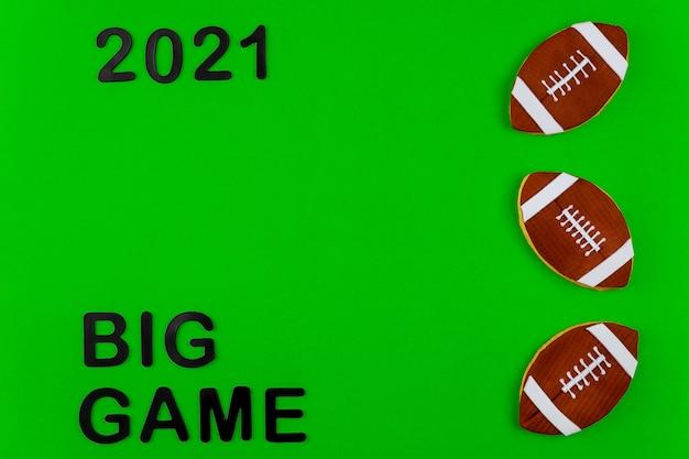 緑の背景にテキスト2021とアメリカンフットボールの試合のシンボル。プロスポーツのバックグラウンド。