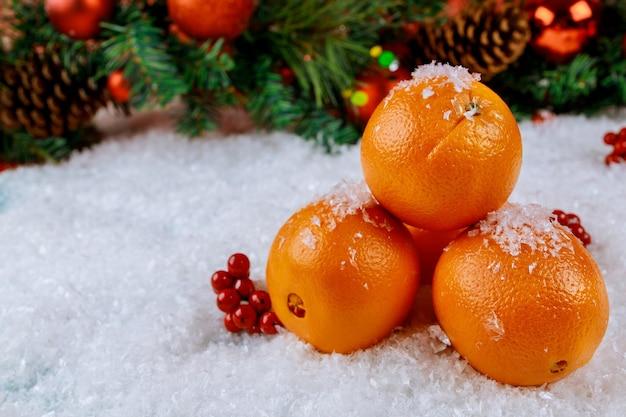 장식으로 크리스마스 또는 새 해 오렌지 과일의 상징. 평면도.
