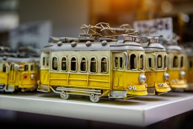 기념품 가게에있는 전통적인 노란색 트램의 장난감, 리스본의 상징