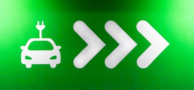 전기 자동차 충전소의 기호 표시입니다. phev 차량 또는 차량용 플러그인 충전기 또는 소켓. 녹색 전기, 깨끗한 환경의 개념.