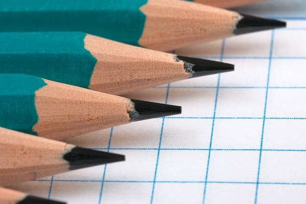 사무실, 과학 작업 및 교육의 상징적 인 그림 느슨한 잎이 달린 시트 매크로가있는 열린 노트북에 간단한 연필