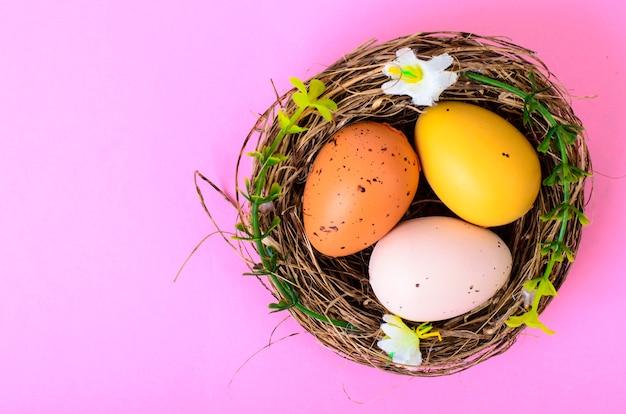 イースターのお祝いのためのシンボル、卵、花、ジンジャーブレッドクッキー