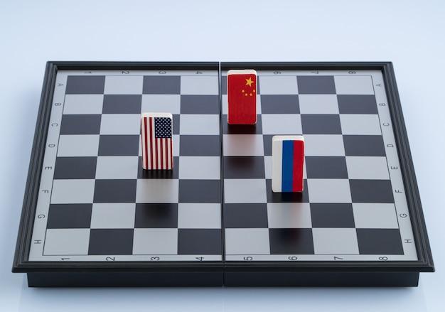 체스판에 러시아, 미국, 중국의 기호 플래그입니다. 정치 게임의 개념입니다.