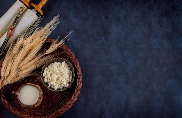 Символы еврейского праздника шавуот тора и шофар, пшеница