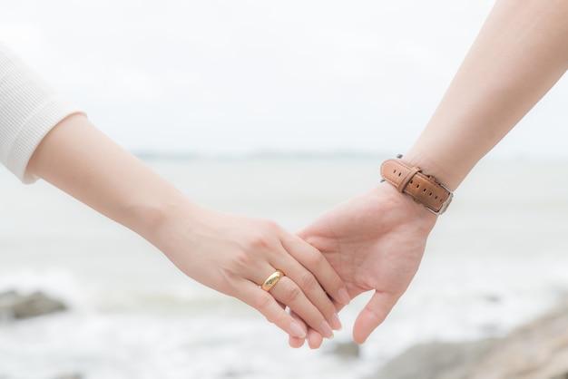 사랑의 상징. 사랑과 발렌타인 데이를 위해 함께 들고 남자와 여자 손의 커플