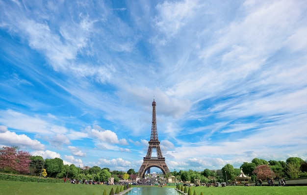 Symmetrical front panoramic view of eiffel tower on a bright summer day taken from fountains of trocadero.