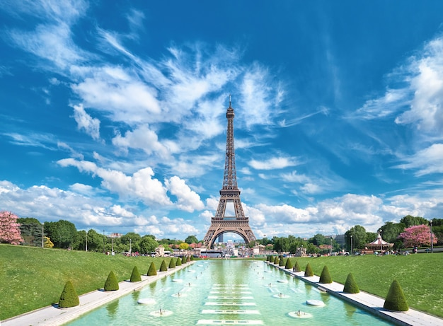 Trocadero의 분수에서 찍은 밝고 화창한 오후에 에펠 탑의 대칭 전면 파노라마보기.