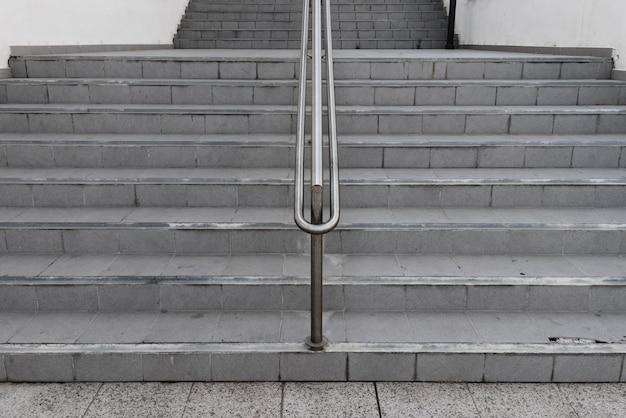 Симметричная лестничная лестница с перилами посередине