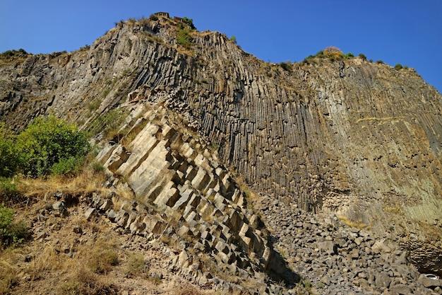 Симфония камней или базальтового органа, образования базальтовых колонн вдоль ущелья гарни, армения