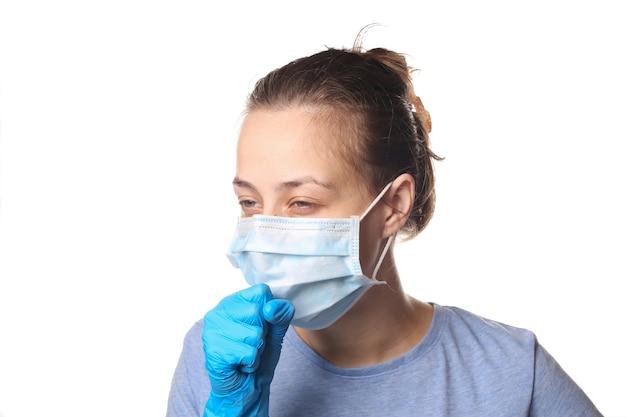 インフルエンザの症状.白で隔離される医療用マスクの咳の女性。 covid19。