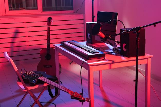 Цифровая запись синтезатора клавиатуры и гитары, концепция студии звукозаписи домашней музыки. досуг и