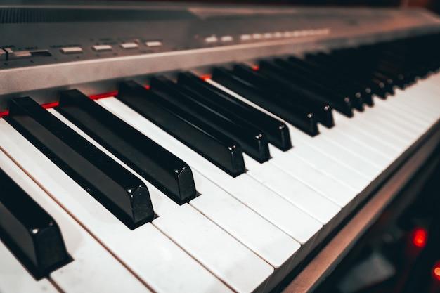 신디사이저 키는 음악 테마를 닫습니다.