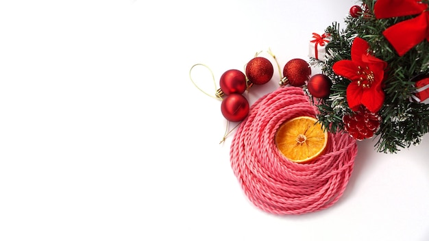 Синтетические розовые косички канекалон - новогоднее фото с украшением на белом. новогоднее фото для магазина или парикмахерских, парикмахерских