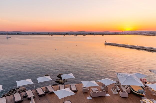 이탈리아 시칠리아 섬 시라쿠사. 5월의 봄날 끝에 바다 앞의 일몰.