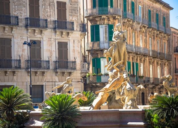이탈리아 시러큐스 - 2018년 5월 18일: 아르키메데 광장의 폰타나 디 다이아나(다이아나 분수), 시러큐스 시내 오르티지아의 역사적 지역