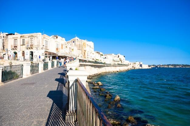 シラキュース、イタリア-2018年5月18日:夏のシーズンの初めに、シチリア島、シラキュースのダウンタウン、オルティージャエリアのビュー