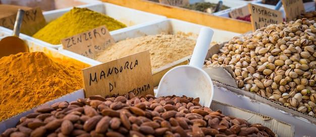 シラキュース、シチリア島、イタリア。伝統的な地元のピスタチオとアーモンドの市場の詳細。