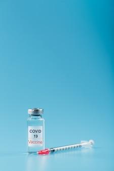 Шприц и ампула с вакциной против вируса covid-19 от болезней